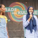 """Fathiya Galaid (rechts im Bild), gehört dem Kolletiv I,Slam und stellte zwei bewegende Texte von ihr vor. """"Ich bin mehr. Mehr als hier vor euch steht. Bin mehr als nur meine Hautfarbe. Mehr als nur mein Kopftuch. Mehr als hier vor euch steht. Ich bin Mehr (...). Foto: David Wedmann / FJR"""