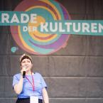 """Die FJR-Vorsitzende eröffnete die 11. Parade der Kulturen 2018: """" Wir in Frankfurt haben glücklicherweise eine lange Tradition des kulturellen Austauschs und Miteinander von verschiedenen Nationalitäten, Kulturen, Religionen und einen Sinn dafür, dass es eine Stadt, eine Gesellschaft bereichert. Aber das darf uns nicht drüber hinwegtäuschen. Dass 2018 immer noch diese Gruppen und Organisationen gibt, die versuchen, das was wir als eine Bereicherung empfinden, als Gefahr zu verkaufen und die Angst vor dem anderen zu schüren.(...) Wir vom Frankfurter Jugendring sehen es als unsere Aufgabe dem entgegenzutreten und ein Zeichen zu setzen, dass wir keine Ausgrenzung dulden."""""""
