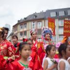 Die Gruppen wurden von der Parade-Moderatorin Aisha Camara mit Unterstützung von der Integrations- und Bildungsdezernentin Sylvia Weber bei ihrer Ankunft auf dem Römerberg anmoderiert. Foto: David Wedmann / FJR